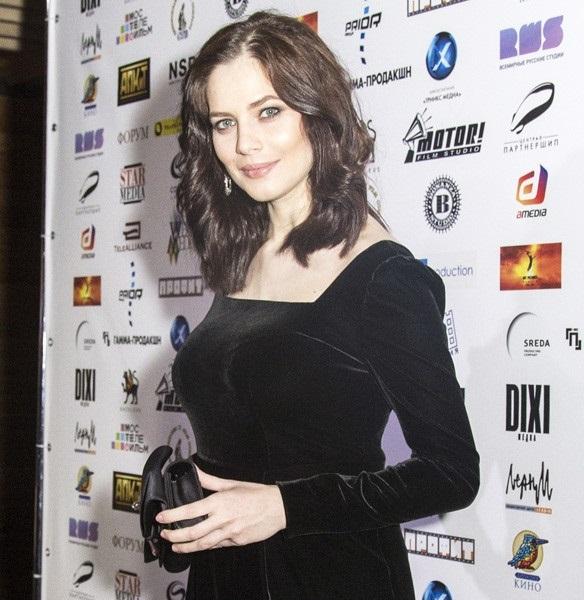 Молодая мама Юлия Снигирь вышла в свет в секси-платье