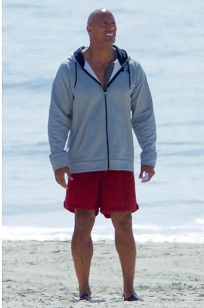 "Зак Эфрон, Александра Даддарио и Дуэйн Джонсон на съемках ""Спасателей Малибу"""