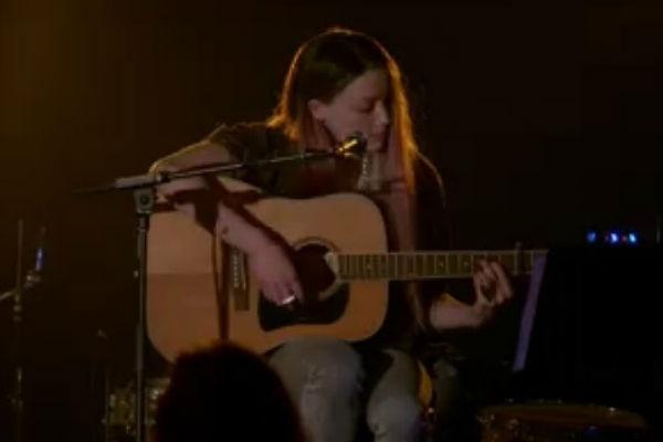 Эмбер Херд поет и играет на гитаре в отрывке из фильма One More Time