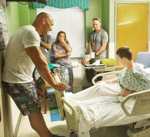 Дуэйн «Скала» Джонсон навестил больных детей