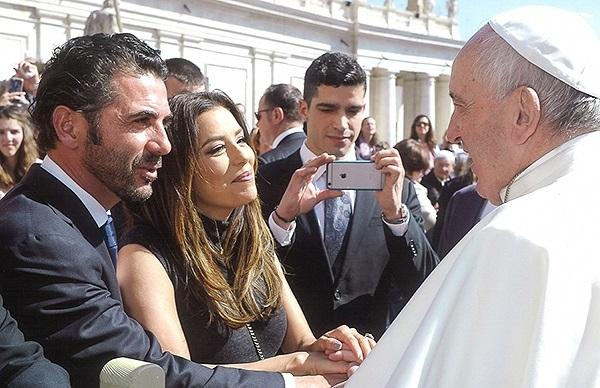 Ева Лонгория и Хосе Антонио Бастон помолились вместе с Папой Римским