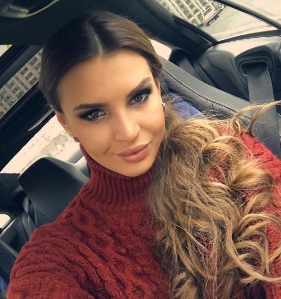 Элла Суханова представила новую хай-тек разработку - расческа-утюжок