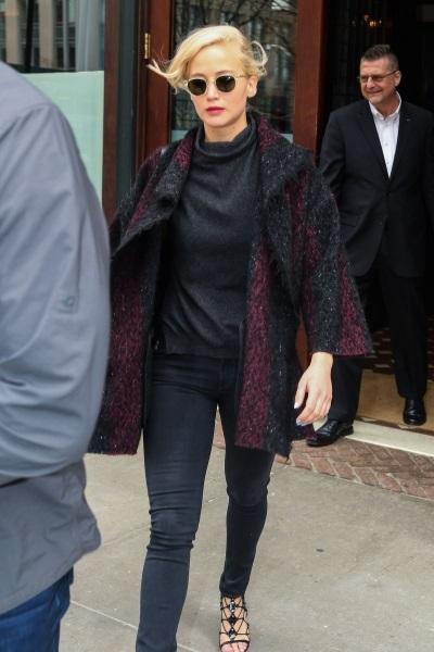 Дженнифер Лоуренс посетила деловую в втречу в очень мрачном наряде