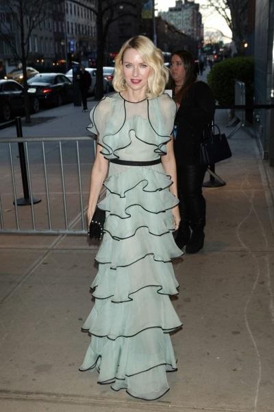 Наоми Уотс пришла на вечеринку в платье из воланов