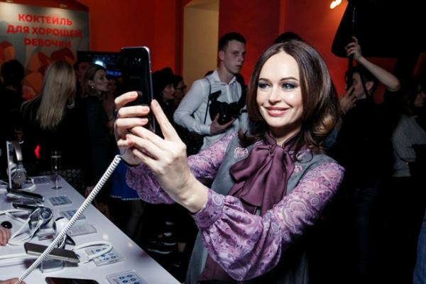 Ирина Безрукова вышла в свет в ультрамодном наряде