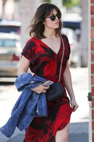 Мэнди Мур прогулялась по Нью-Йорку в платье-халате