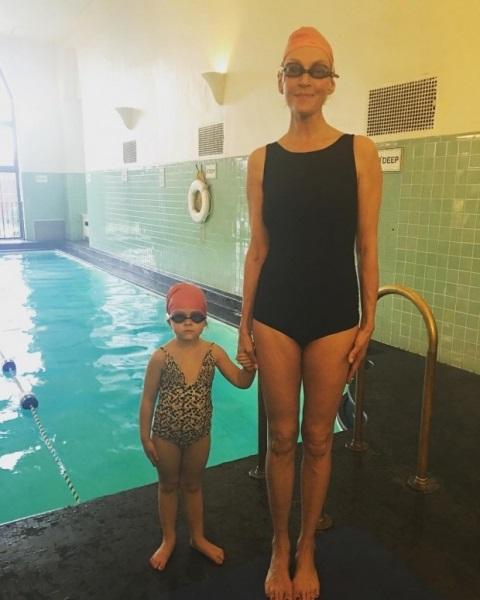 Ума Турман учит дочь плавать