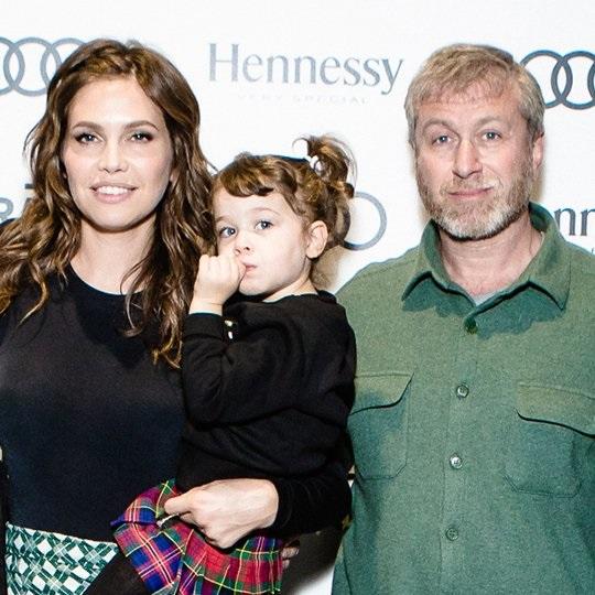 Даша Жукова и Роман Абрамович впервые появились на публике с дочкой
