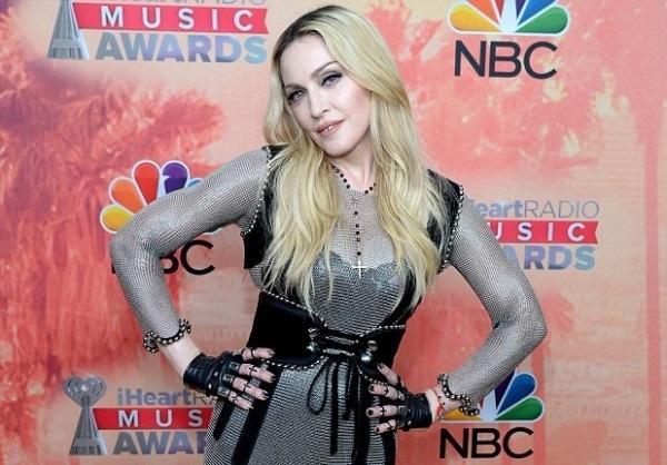 Мадонна готова водить сына в школу лично