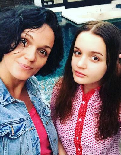 Певица Слава устроила жаркую фотосессию с дочерью