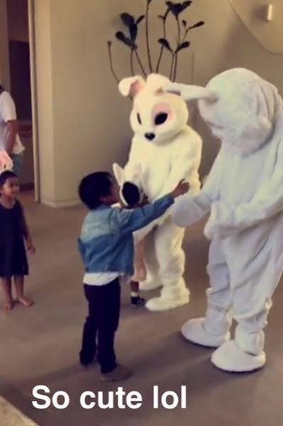 Пасха в семье Кардашьян-Дженнер: кролики, селфи и танцы