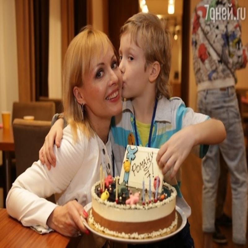 Сын Ирины Слуцкой впервые вышел в свет без мамы