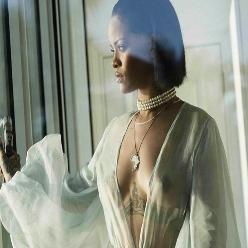 Рианна в прозрачной накидке представила новый клип Needed Me
