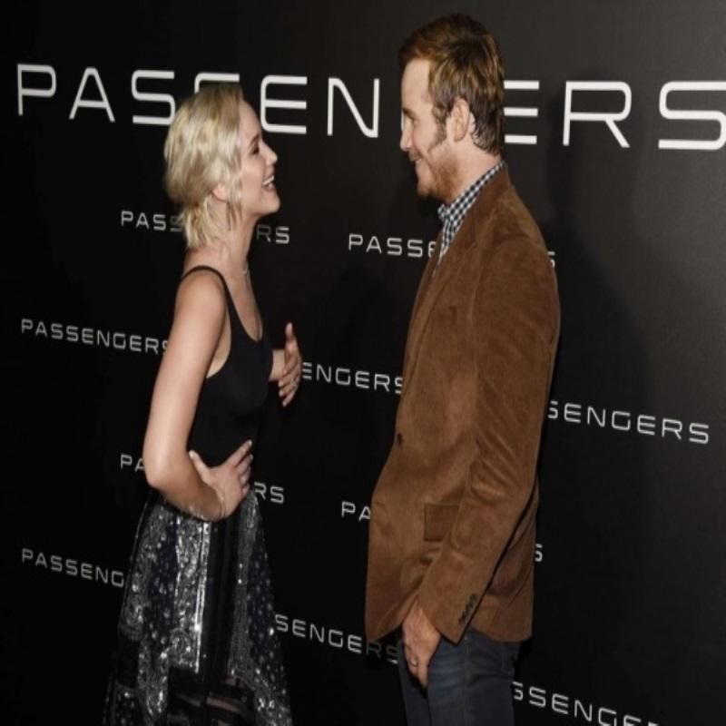 Дженнифер Лоуренс приехала на вечеринку Sony в прозрачной маечке