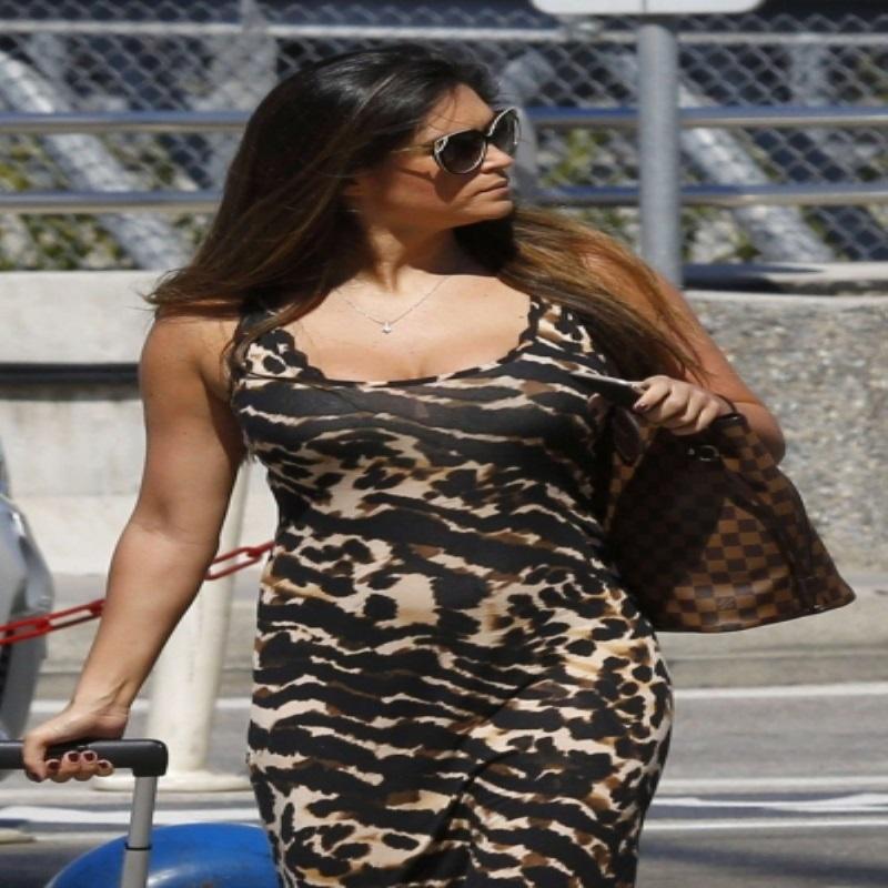 Кейси Батчелор посетила аэропорт в леопардовом платье