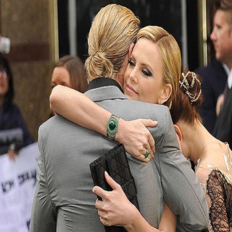 """Крис Хемсворт опроверг слухи о скверном характере Шарлиз Терон: """"Она невероятная!"""""""
