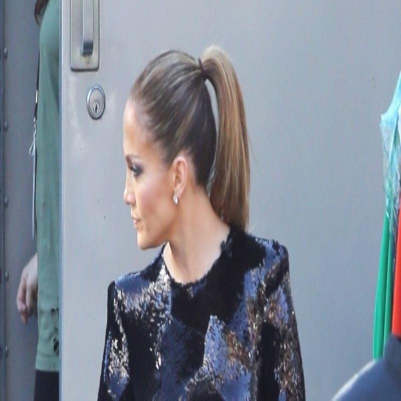 Дженнифер Лопес посетила свое шоу в стильном, блистательном платье