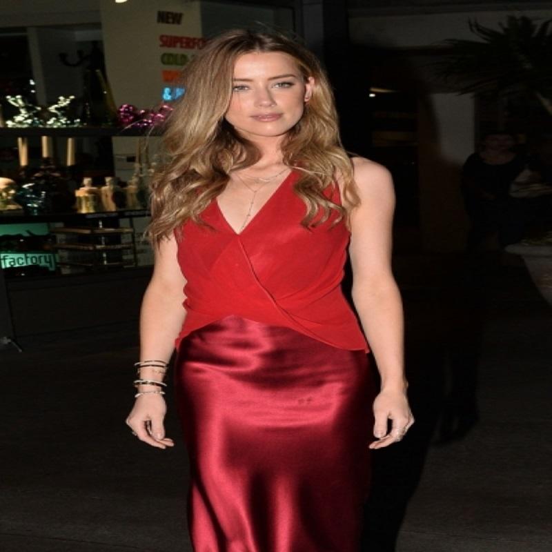 Измождённая Эмбер Херд появилась на премьере в платье красных оттенков