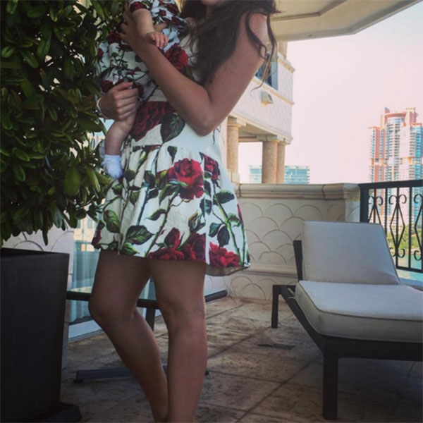 Грудная дочь Вики Крутой щеголяет в платье как у мамы