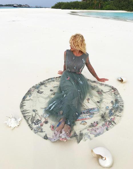 Яна Рудковская надела на пляж платье Valentino
