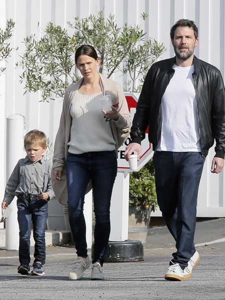 Похоже на идиллию: Аффлек на прогулке с семьей