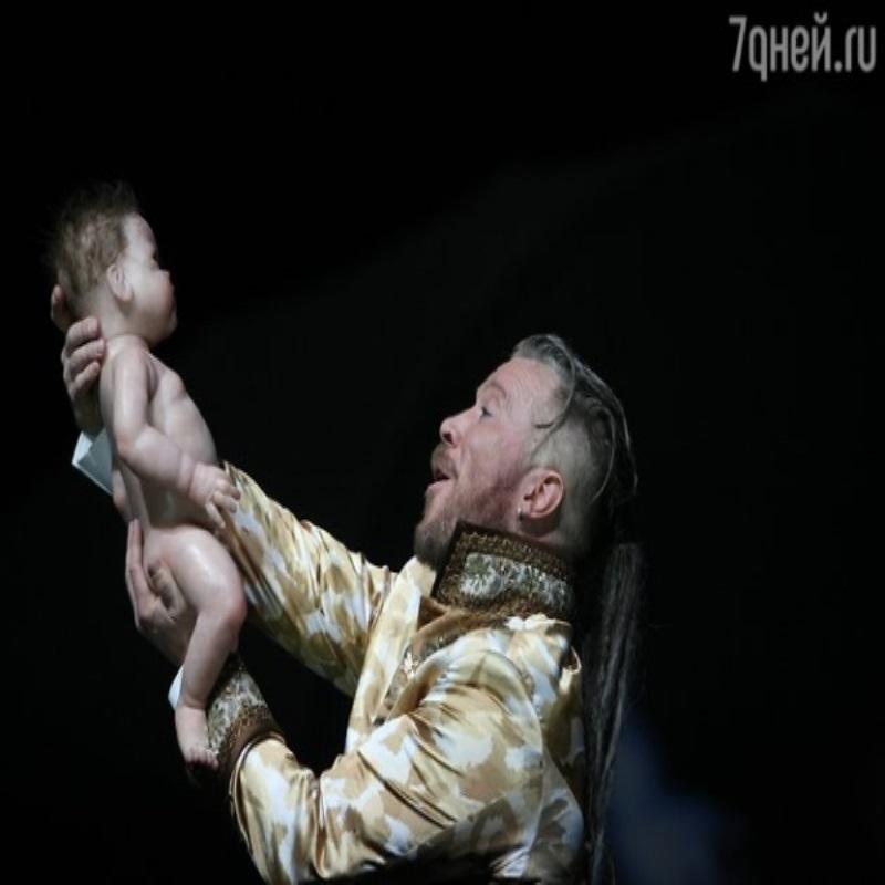 Алексей Кравченко вынес на театральную сцену грудничка