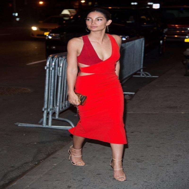 Лили Олдридж  пришла на вечеринку в очень интересном платье
