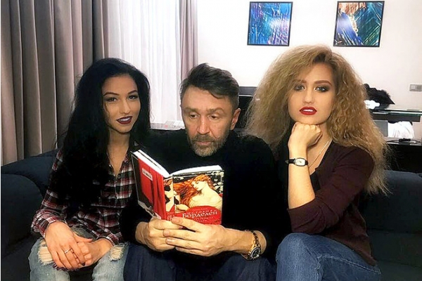 Шнуров снимет клип с героинями из «Сумки» и «Эскпоната»
