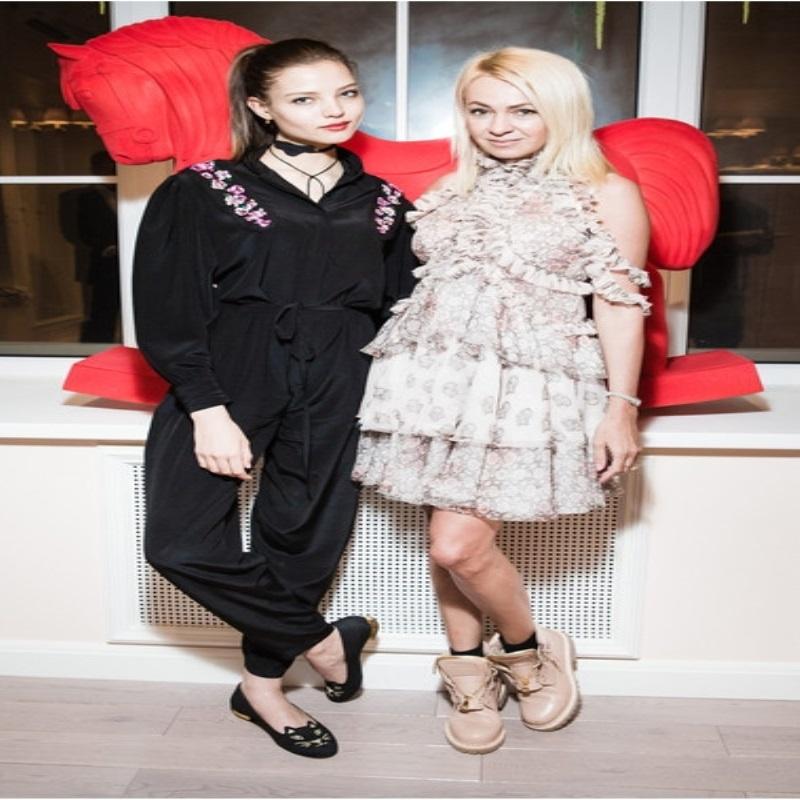 Беременная Водянова вышла в свет в кукольном мини-платье