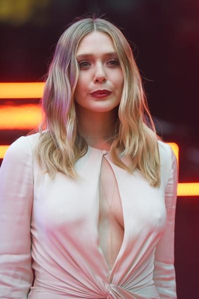 Младшая Олсен засветила грудь на премьере фильма