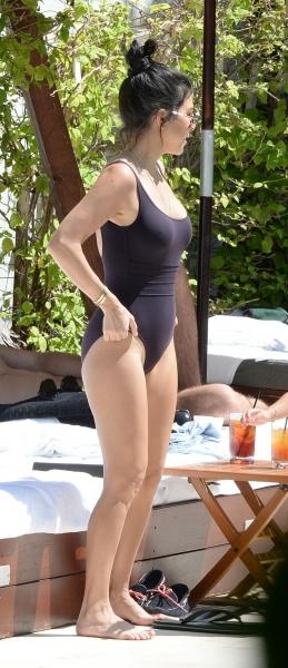 Кортни Кардашьян отдыхала на пляже в стильном наряде
