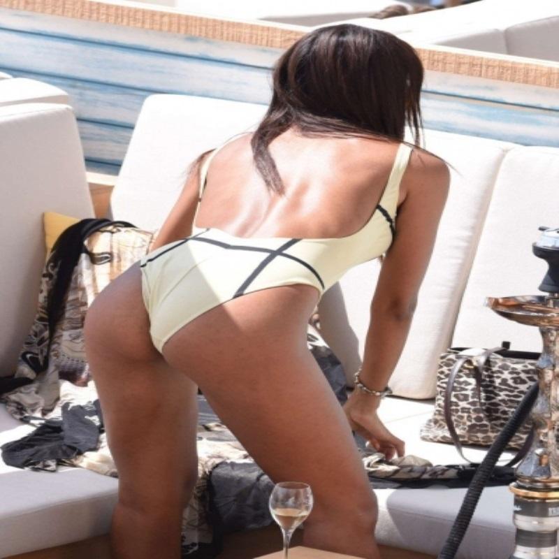 Глория Констрерас выбирает сочные и яркие купальники для пляжного сезона