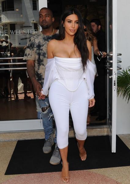 При параде: Ким отправилась на шопинг полуголая