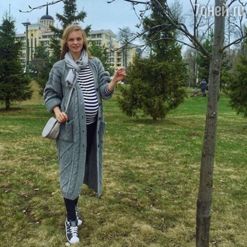 Беременная Елена Кулецкая сбежала из Москвы