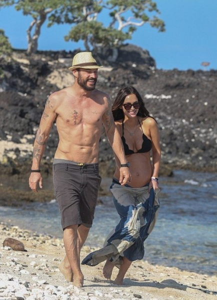 Беременная Меган Фокс показала фигуру в бикини на Гавайях