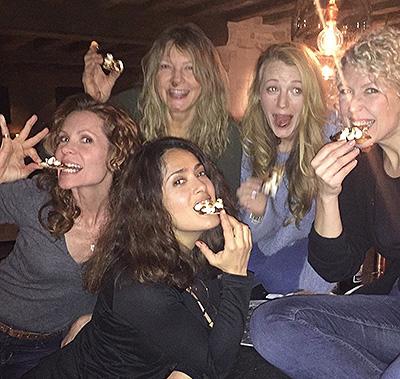 Девичник и шоколадная пицца: Сальма Хайек провела вечер в компании Блейк Лайвли и ее семьи