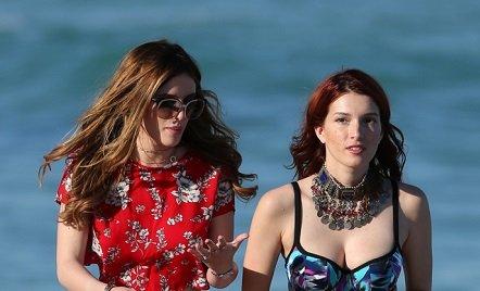 Белла Торн вместе с сестрой посетили пляж в экстравагантных нарядах