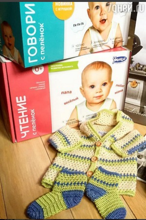 Олеся Судзиловская учит трехмесячного сына читать