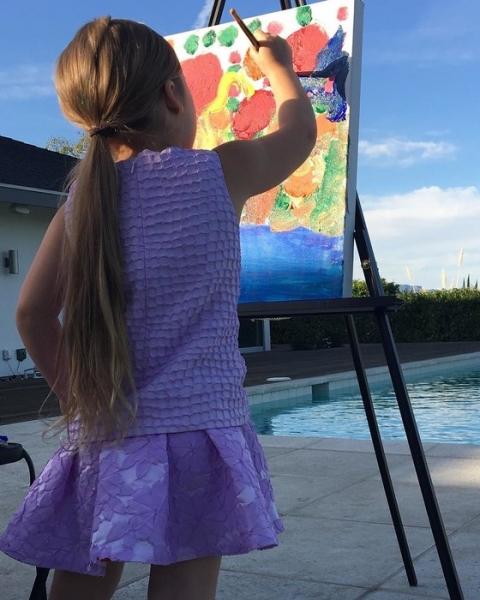 Виктория Бекхэм обучает четырехлетнюю дочку живописи