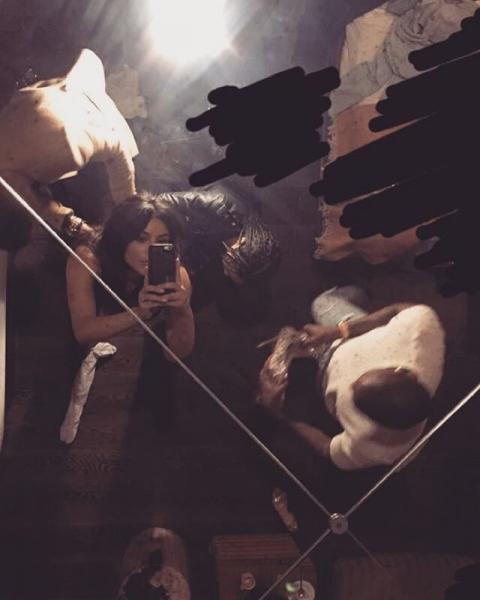 Ким Кардашян поделилась фото в роскошном платье