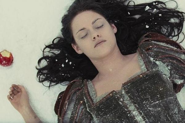 """Кристен Стюарт отрицает, что ее уволили из """"Белоснежки и охотника"""" из-за романа с Рупетом Сандерсом"""