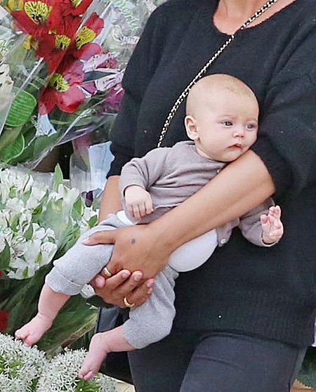 Звезда «Пятидесяти оттенков серого» Джейми Дорнан прогулялся с женой и детьми по Ванкуверу