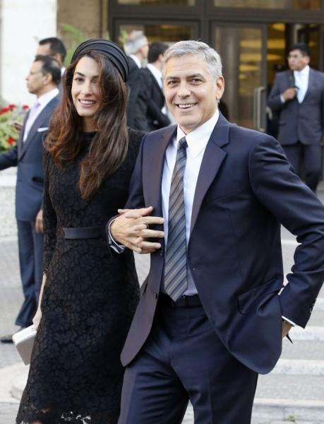 Амаль Аламуддин прибыла с мужем в Рим в черном платье