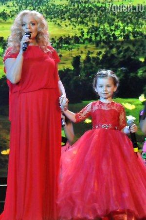 Лариса Долина спела дуэтом с внучкой