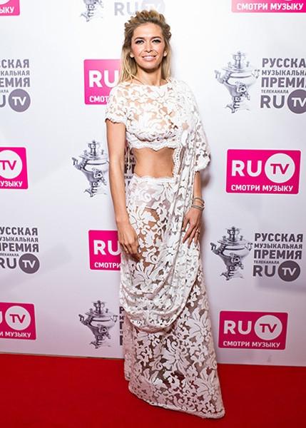 Вера Брежнева пришла на премию в «голом» сари