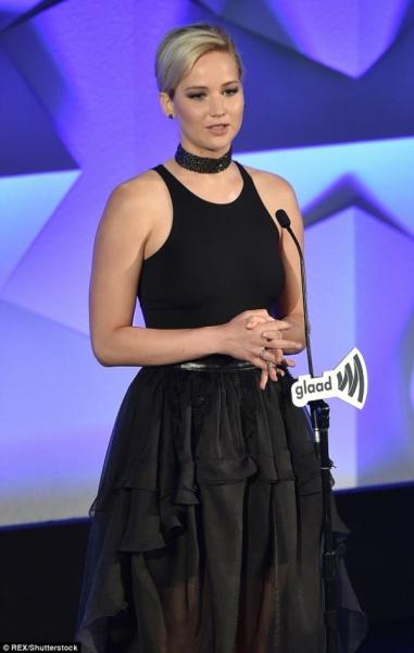 Дженнифер Лоуренс пристрастилась к прозрачным черным маечкам