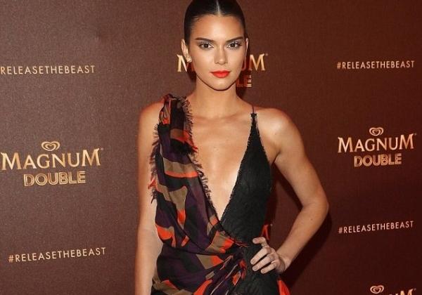 Кендалл Дженнер надела смелое платье с декольте от Versace