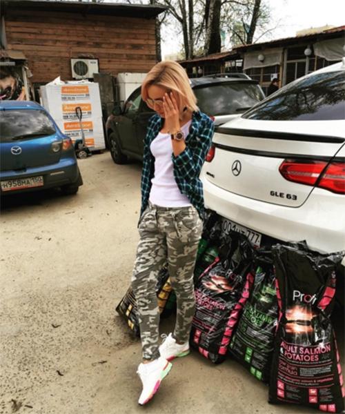 Ольга Бузова накормила собак из «приюта смерти»
