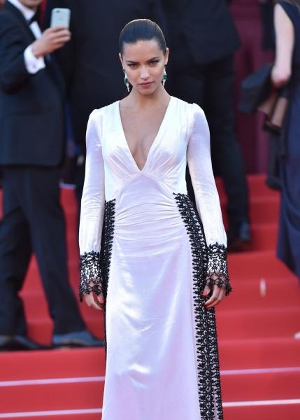 Адриана Лима поразила Канны изящным черно-белым платьем с декольте