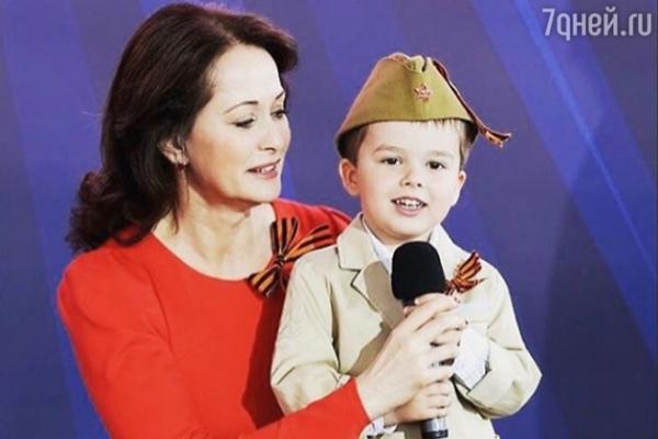 Сын Ольги Кабо поздравил ветеранов со сцены